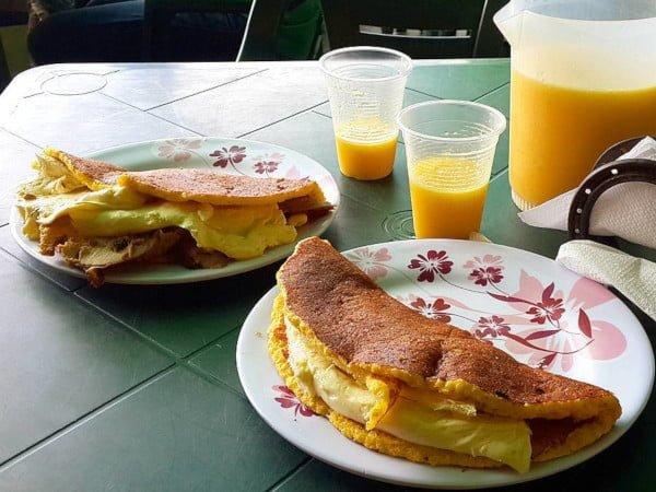 Cachapa con queso de mano y cachapa combinada con queso de mano y pernil